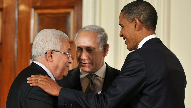 President Obama (R) talks with Prime Minister Benjamin Netanyahu of Israel (C) and President Mahmoud Abbas of the Palestinian Authority (L) during an event in the East Room to make statements on the peace process on September 1, 2010 at the White House in Washington, DC.