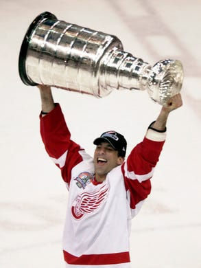 Detroit Red Wings defenseman Chris Chelios skates with the Stanley Cup in  Detroit. 0b17fe8c9