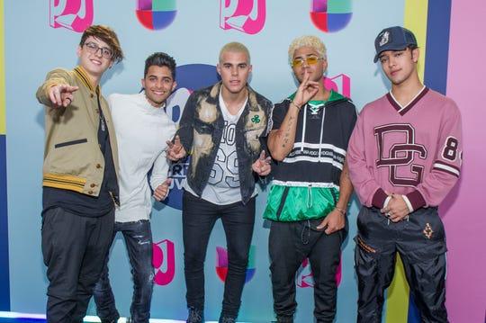 El grupo musical CNCO posa a su llegada a la alfombra roja de los Premios Juventud 2018, en el Watsco Center, en la ciudad de Coral Gables, en Florida (el domingo 22 de julio de 2018.