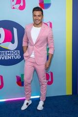 El cantante mexicano Carlos Rivera posa a su llegada a la alfombra roja de los Premios Juventud 2018, en el Watsco Center, en la ciudad de Coral Gables, en Florida el domingo 22 de julio de 2018.