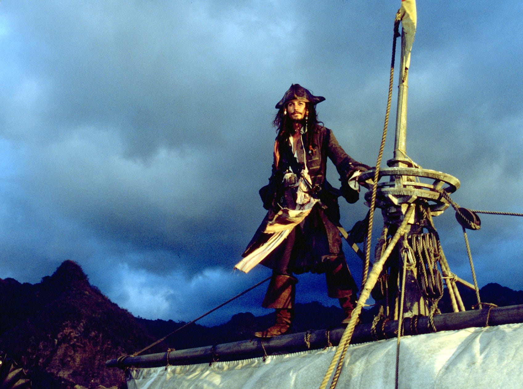 Johnny Depp in a scene from the motion picture Pirates of the Caribbean. --- DATE TAKEN: rcd 04/03  By Elliott Marks   Buena Vista Pictures        HO      - handout ORG XMIT: PX93895