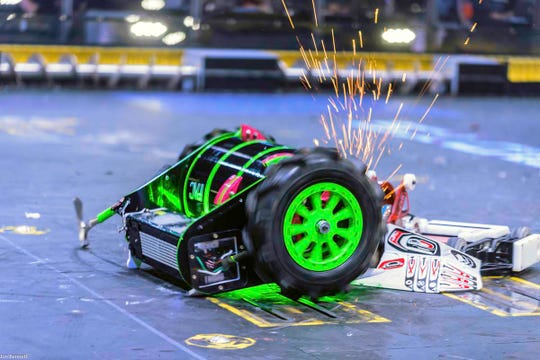 Axe Backwards vs. War Hawk in Battlebots.