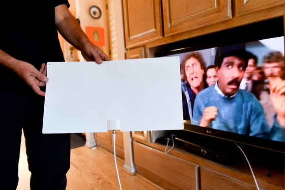 7/23/18 12:14:44 PM --- MOHU TV ANTENNA -- Los Angeles , CA: The Mohu indoor TV antenna brings over-the-air programming into your home. Talking Tech's Jefferson Graham is impressed with the picture quality. Photo by Robert Hanashiro, USA TODAY staff