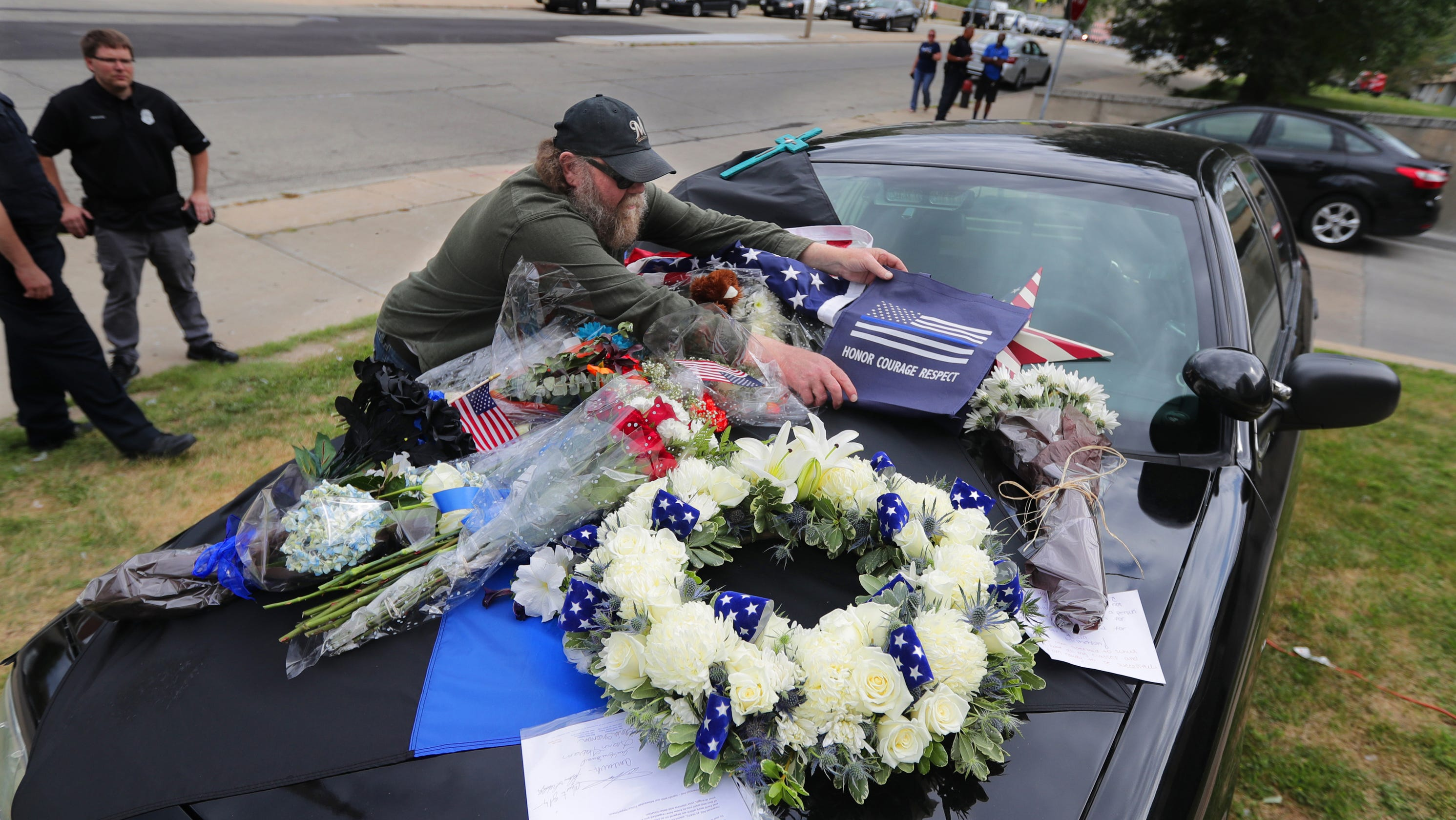 Milwaukee police officer killed in shooting what we know izmirmasajfo