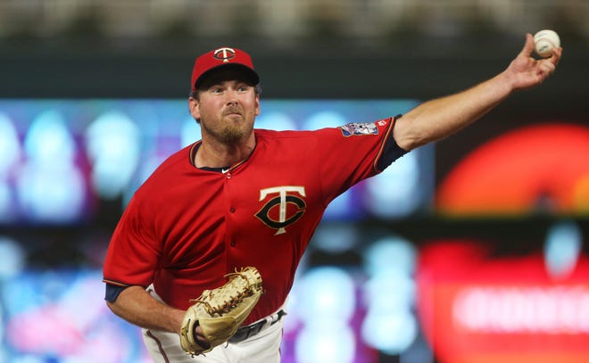 The Mariners have acquired left-handed reliever Zach Duke from the Minnesota Twins.