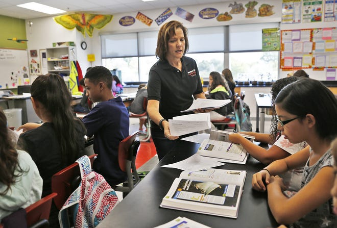 Teacher Cindy Colom works with her Hermosa Middle School science students on Aug. 28, 2016. Fort Lewis College and San Juan College have received $1.4 million to fund a program designed to increase the number of STEM teachers in the region.