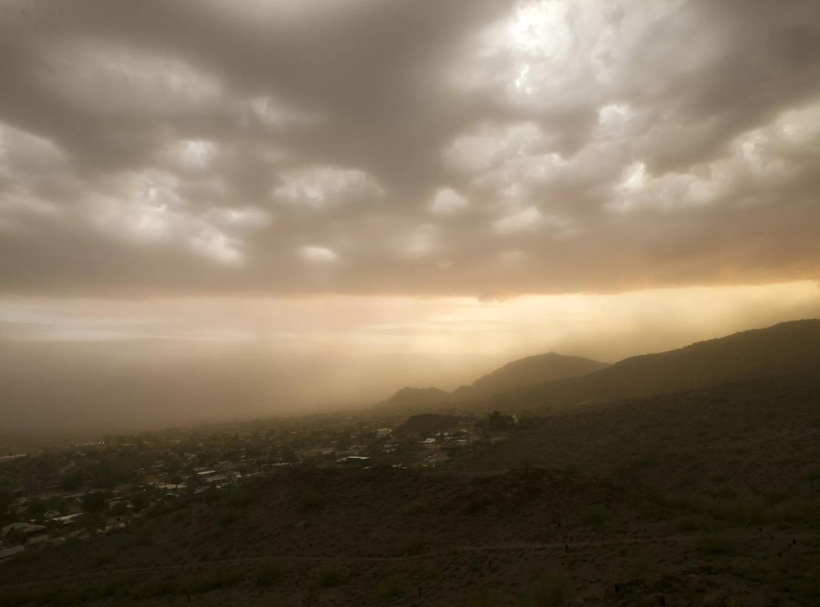 Varios daños y miles de residentes sin luz dejó el monzón que azotó el área de Phoenix el pasado 30 de julio, 2018.
