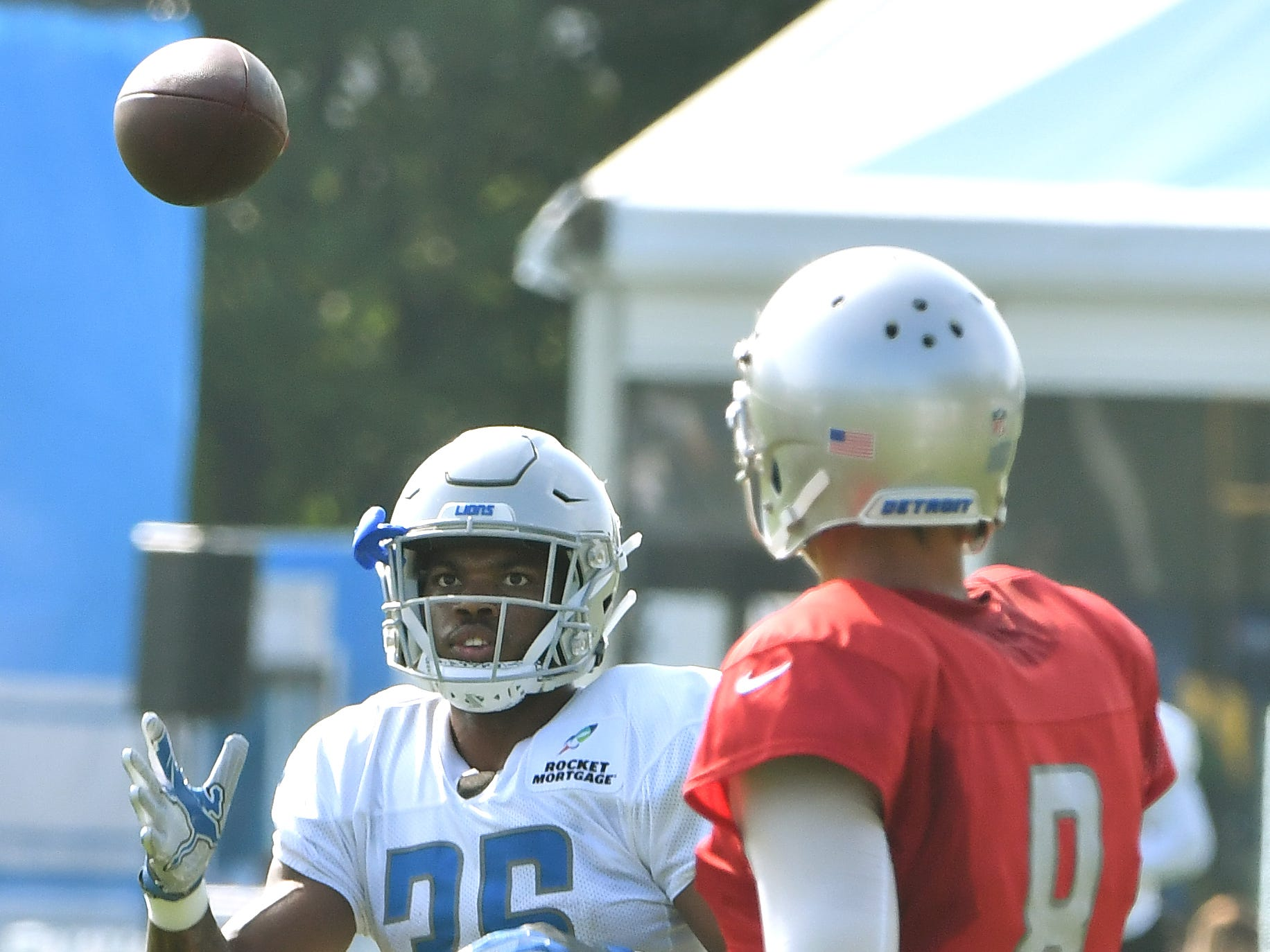 Lions running back Dwayne Washington readies for a reception from quarterback Matt Cassel.