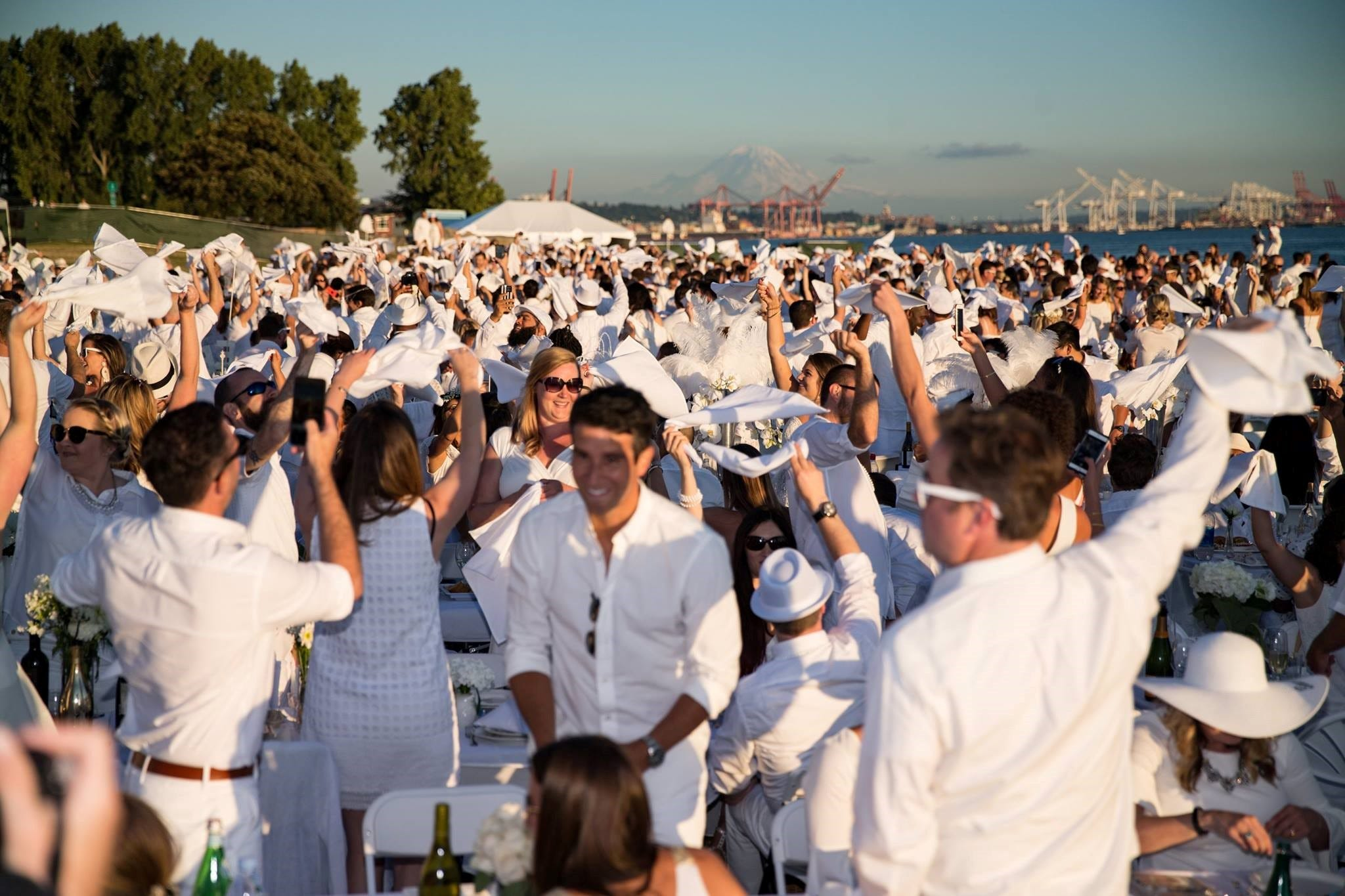 Dîner en Blanc: 1,000 guests dressed all in white come together for picnic like no other | The Commercial Appeal