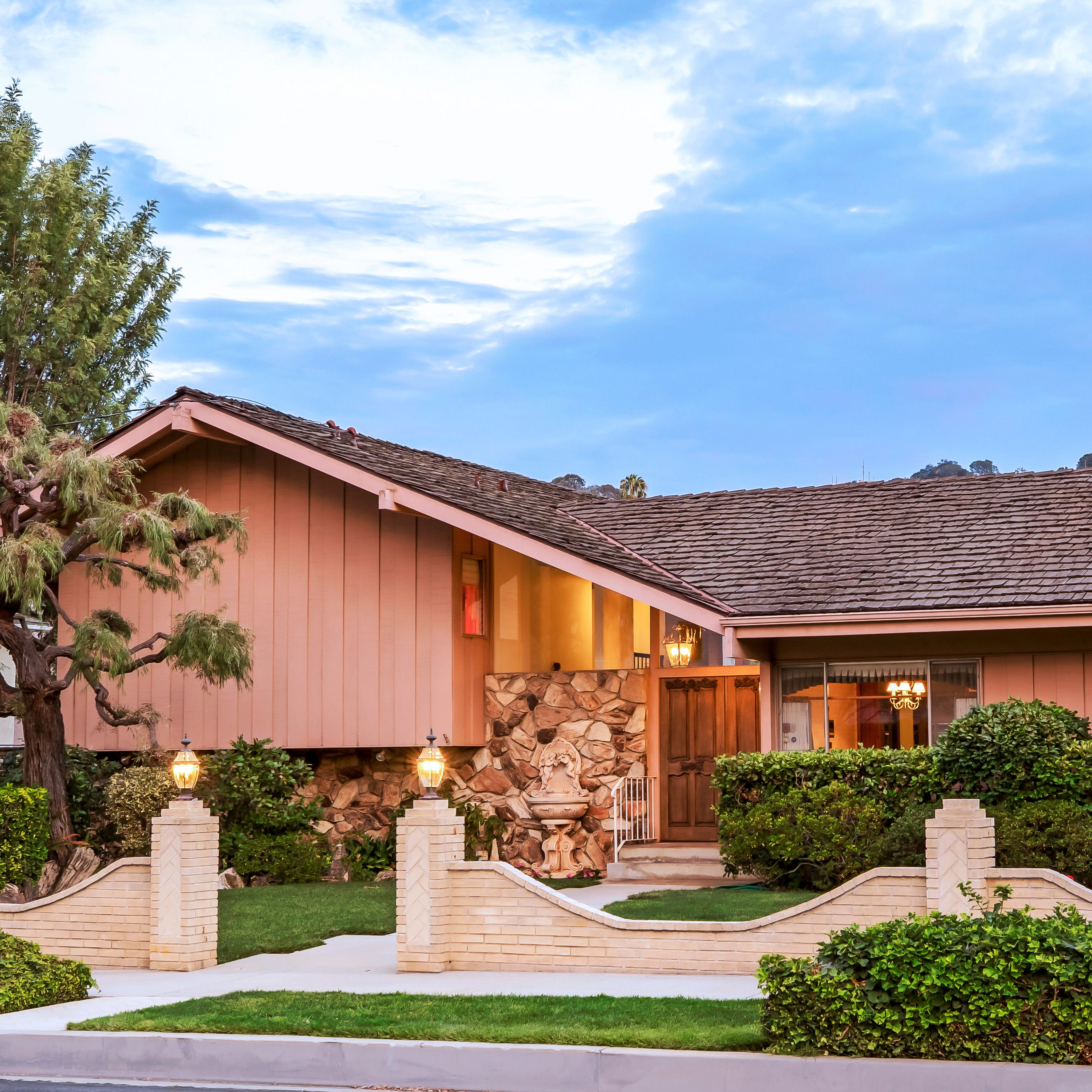 HGTV wins bid on 'The Brady Bunch' house, plans to restore it to its '1970s glory'
