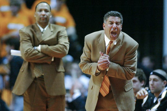 Tennessee assistant coach Tony Jones, left, watches the action as head coach Bruce Pearl shouts instructions to the team in 2006. The Vols beat South Carolina 81-65.