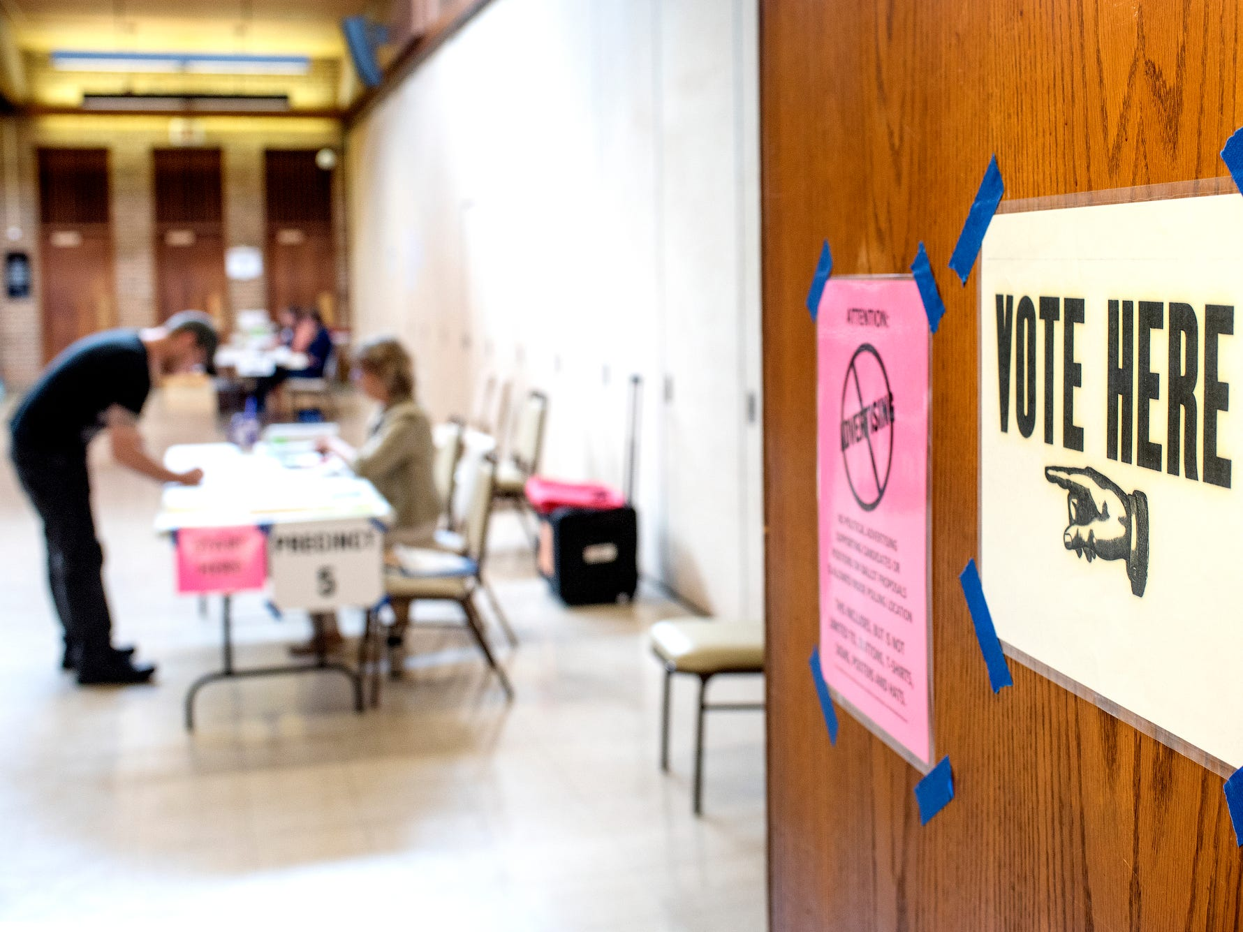 A voter prepares to fill out a ballot at the polling place at Shaarey Zedek Congregation on Tuesday, Aug. 7, 2018, in East Lansing.