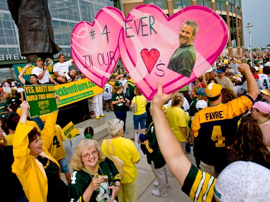 Green Bay Packers' fan show their support for Brett Favre Sunday night Aug. 3, 2008 at Lambeau Field in Green Bay, Wis. prior to the Packers football intrasquad scrimmage. The NFL announced Sunday that Favre will be reinstated and added to the Packers' active roster on Monday. (AP Photo/Mike Roemer) ORG XMIT: WIMR102