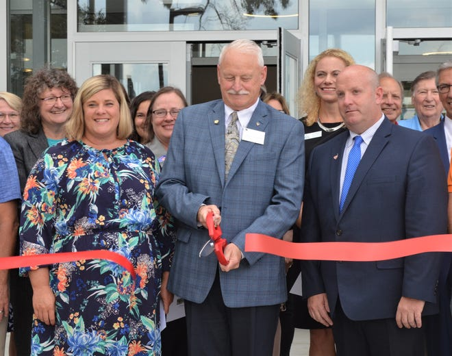 KCC President Mark O'Connell leads the ribbon-cutting ceremony to celebrate the new Miller Physical Education Building.