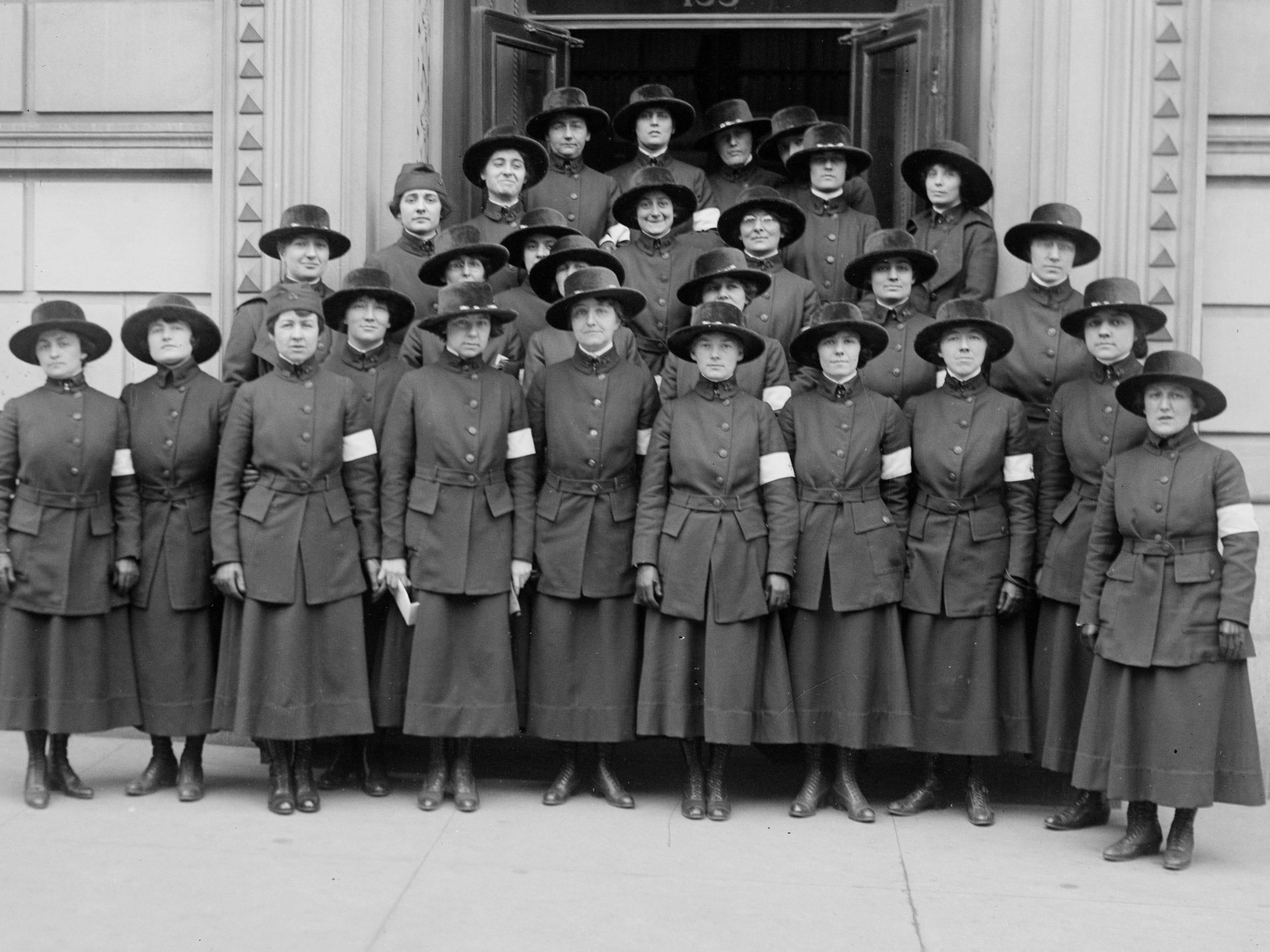 """""""Hello"""" girls pose for a photo, circa 1915."""