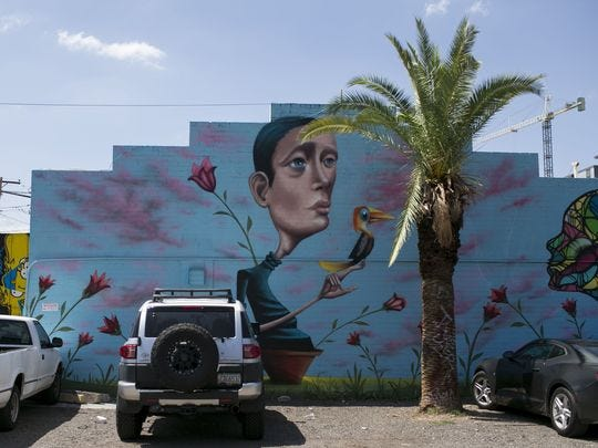 Un mural de Tato Caraveo cubre una pared en el centro de Phoenix el 19 de julio de 2018.