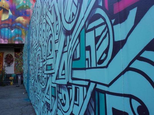 """El artista de Phoenix Thomas """"Breeze"""" Marcus pintó un mural en el complejo artístico en desarrollo The Container Yard."""