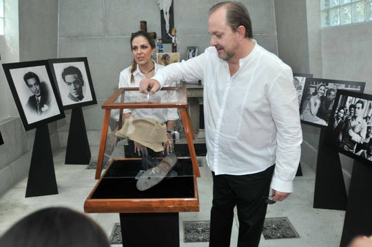 """Tita Marbez, viuda del hijo de """"Cantinflas"""" (en la foto), es dueña de la cripta, por lo que acusa a la familia Moreno de hacer arreglos sin su permiso."""