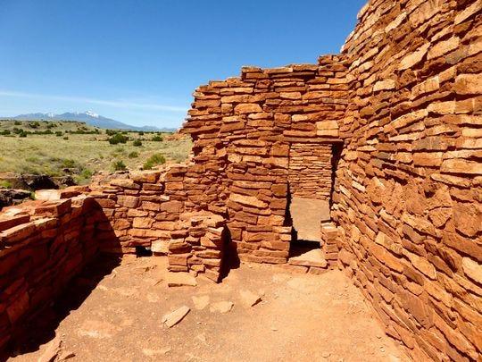 Un sendero corto conduce al Pueblo Lomaki encaramado en el borde de un pequeño abismo.