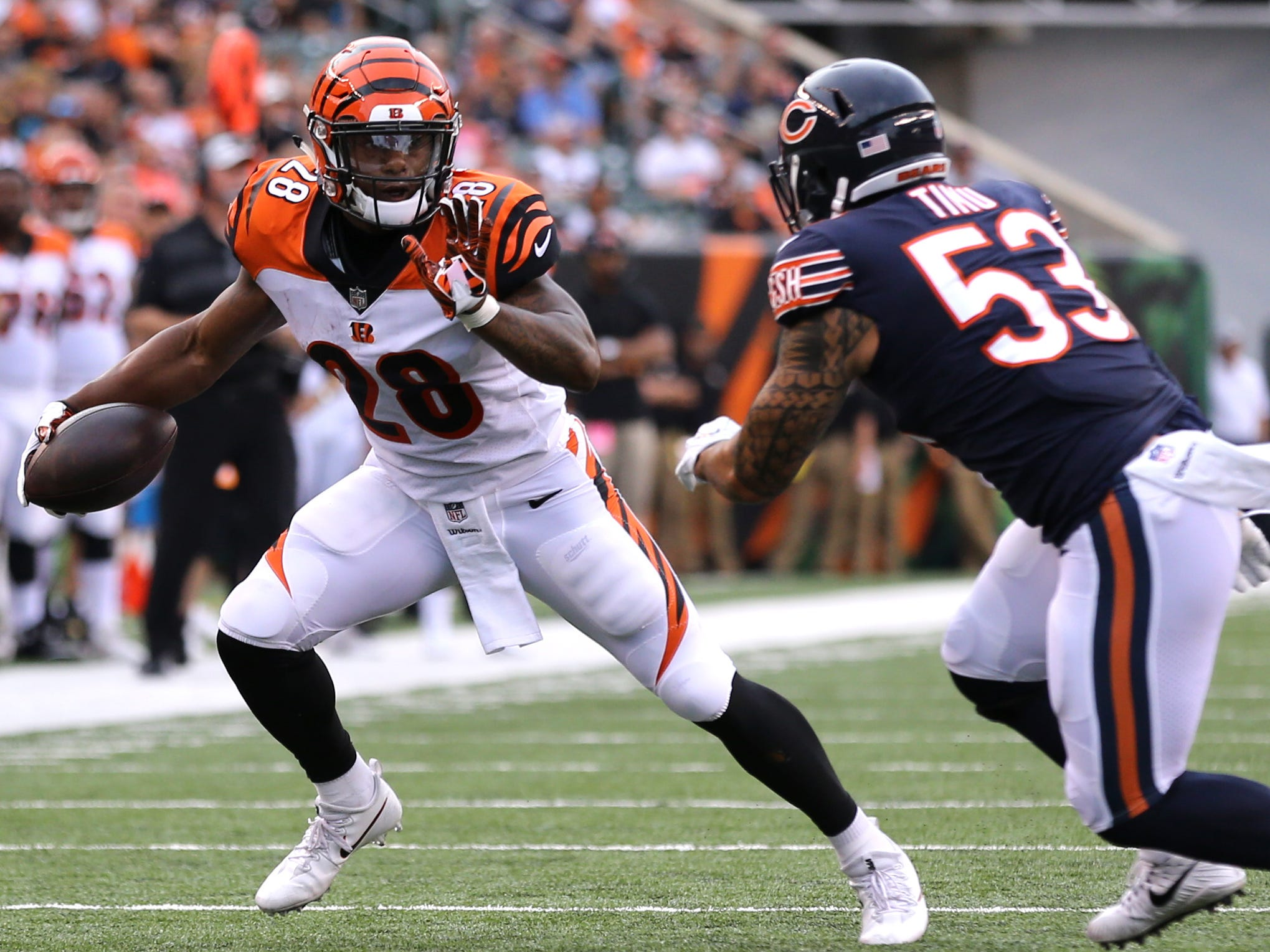 Cincinnati Bengals running back Joe Mixon (28) breaks a tackle against Chicago Bears linebacker John Timu (53) in the first half at Paul Brown Stadium.