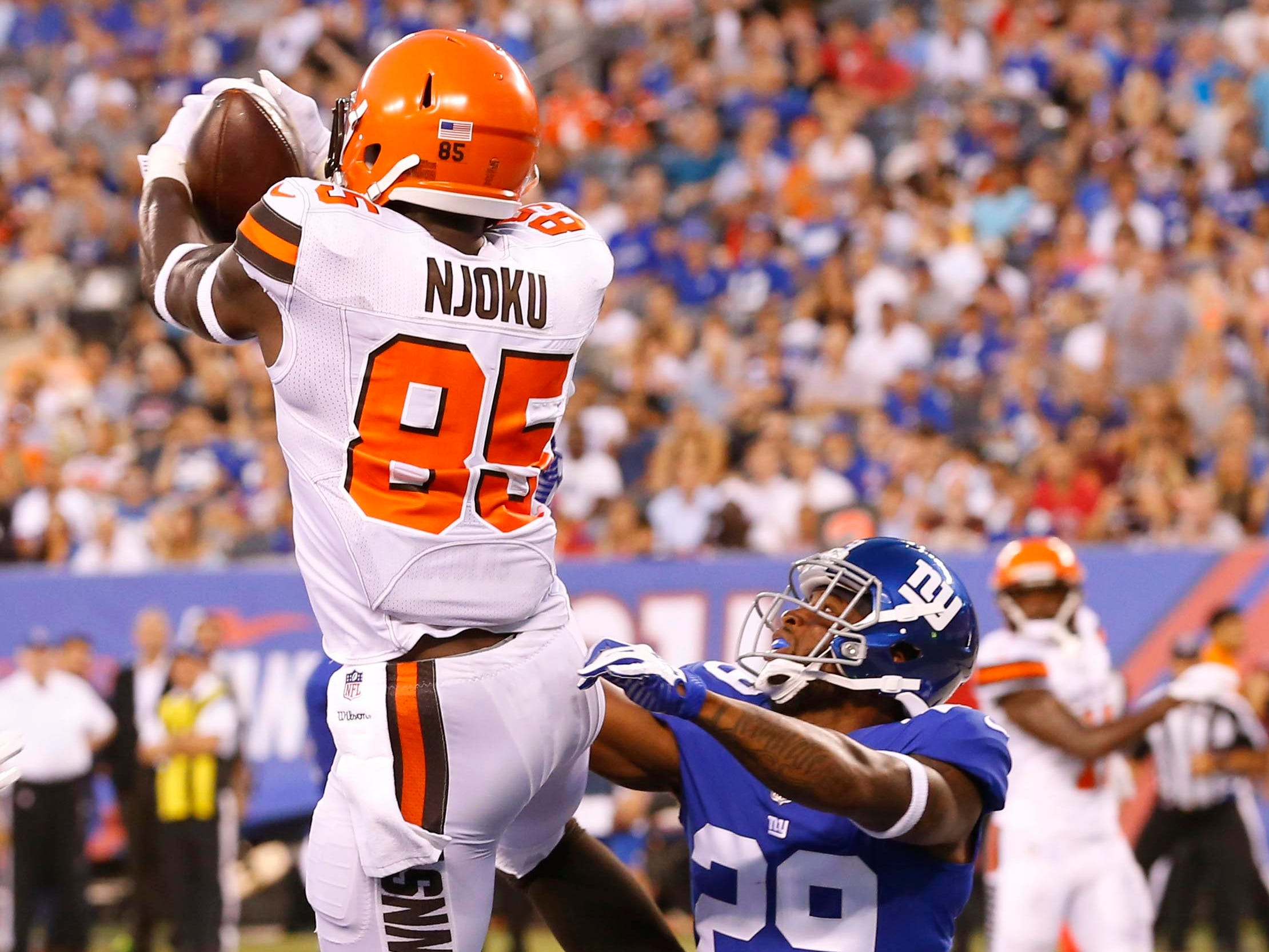 Cleveland Browns tight end David Njoku (85) makes catch for a touchdown against New York Giants defensive back Leonard Johnson (29) during first half at MetLife Stadium.