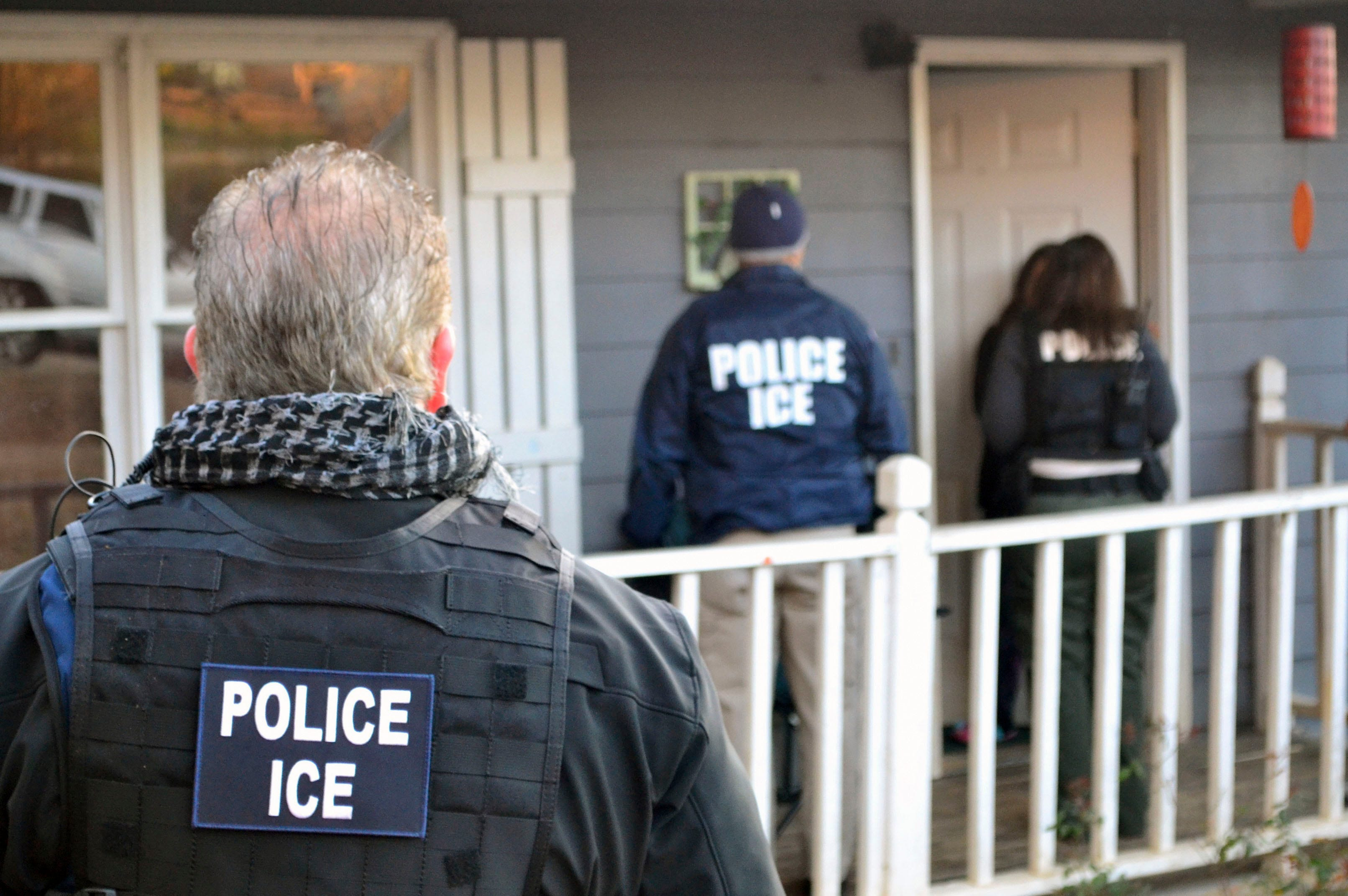 ICE agent ran bribery scheme helping immigrants cheat deportation, feds say