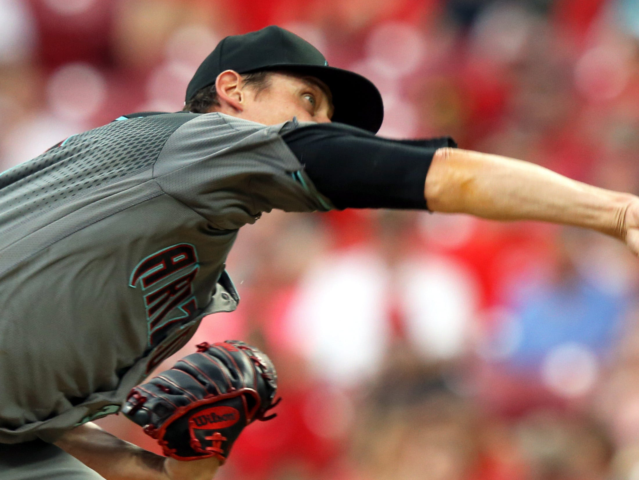 Aug 10, 2018; Cincinnati, OH, USA; Arizona Diamondbacks starting pitcher Clay Buchholz (32) throws against against the Cincinnati Reds in the first inning at Great American Ball Park.
