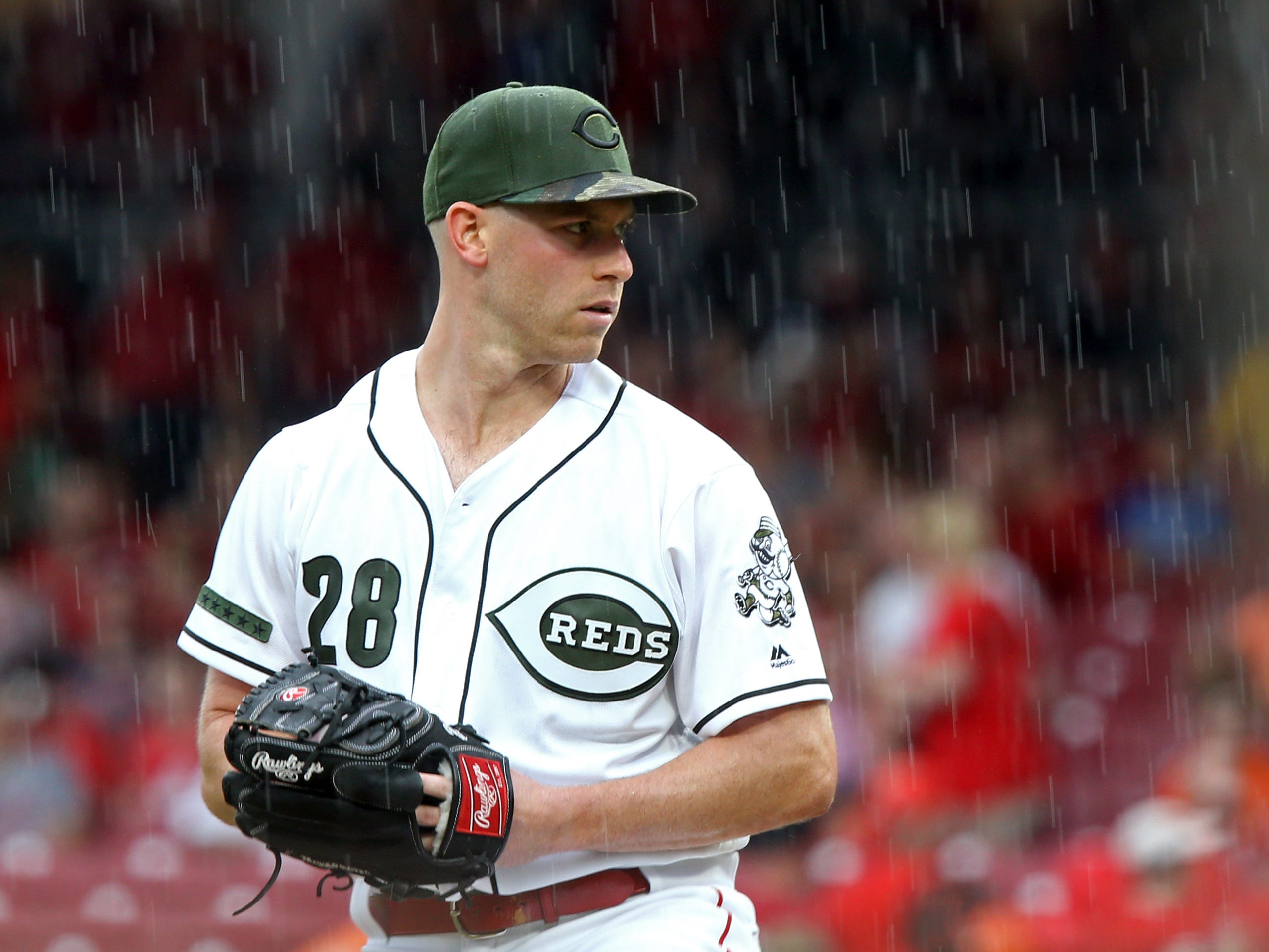 Aug 10, 2018; Cincinnati, OH, USA; Cincinnati Reds starting pitcher Anthony DeSclafani (28) prepares to throw as rain starts to fall during the game against the Arizona Diamondbacks in the second inning at Great American Ball Park.