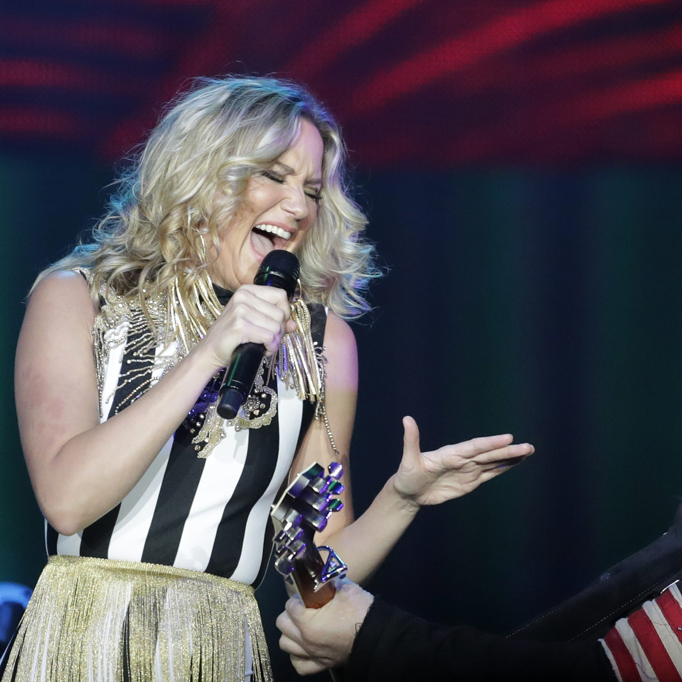Bouncy and breezy, Sugarland's Resch show felt like a Saturday night summer vacation