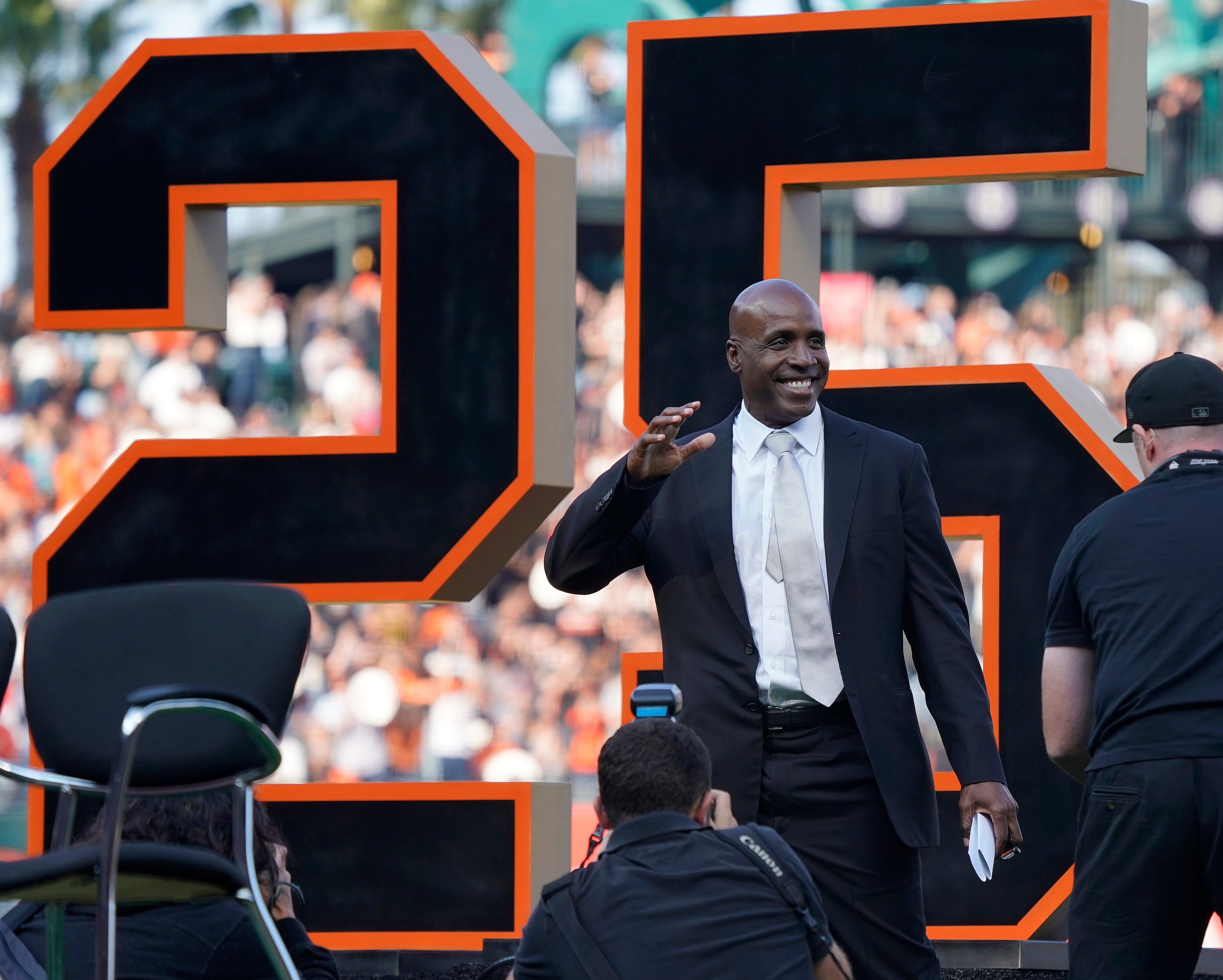 Willie Mays pushes for Barry Bonds to be voted into Hall of Fame as Giants retire No. 25