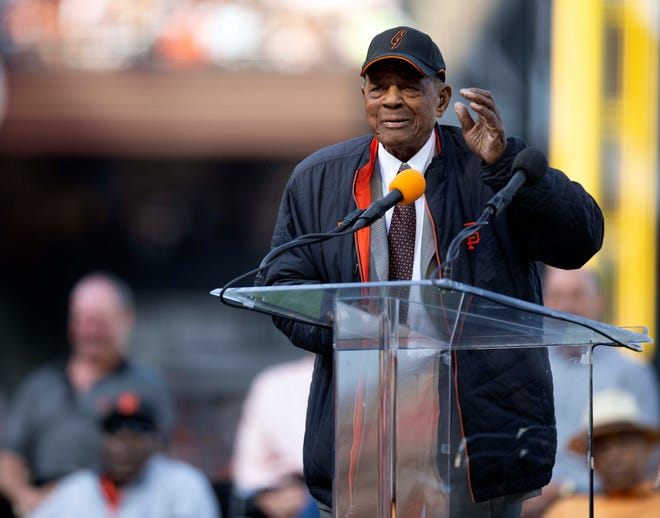 Willie Mays speaks at the jersey retirement ceremony for Barry Bonds, his godson.