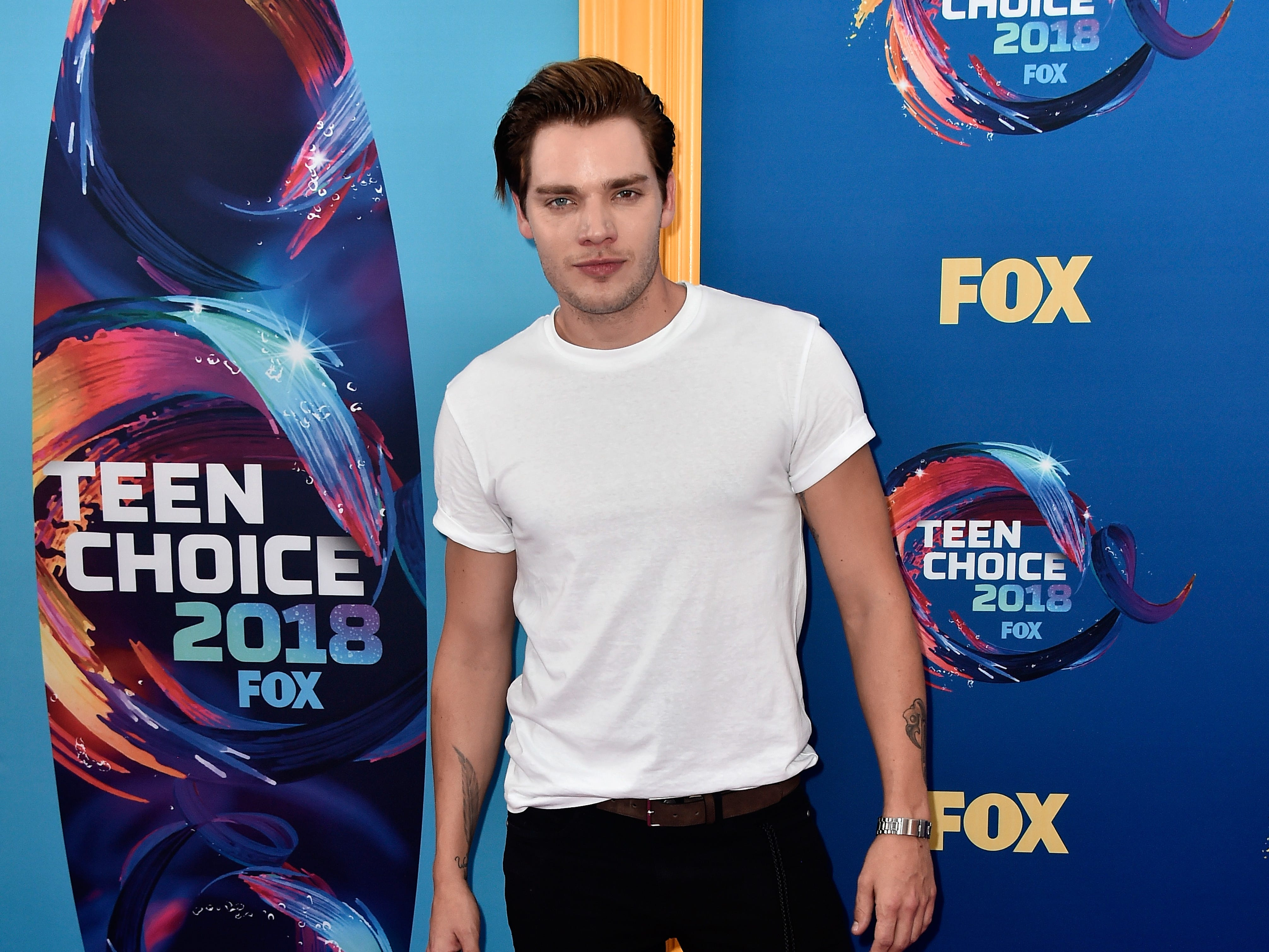 INGLEWOOD, CA - AUGUST 12:  Dominic Sherwood attends FOX's Teen Choice Awards at The Forum on August 12, 2018 in Inglewood, California.  (Photo by Frazer Harrison/Getty Images) ORG XMIT: 775199256 ORIG FILE ID: 1015792804
