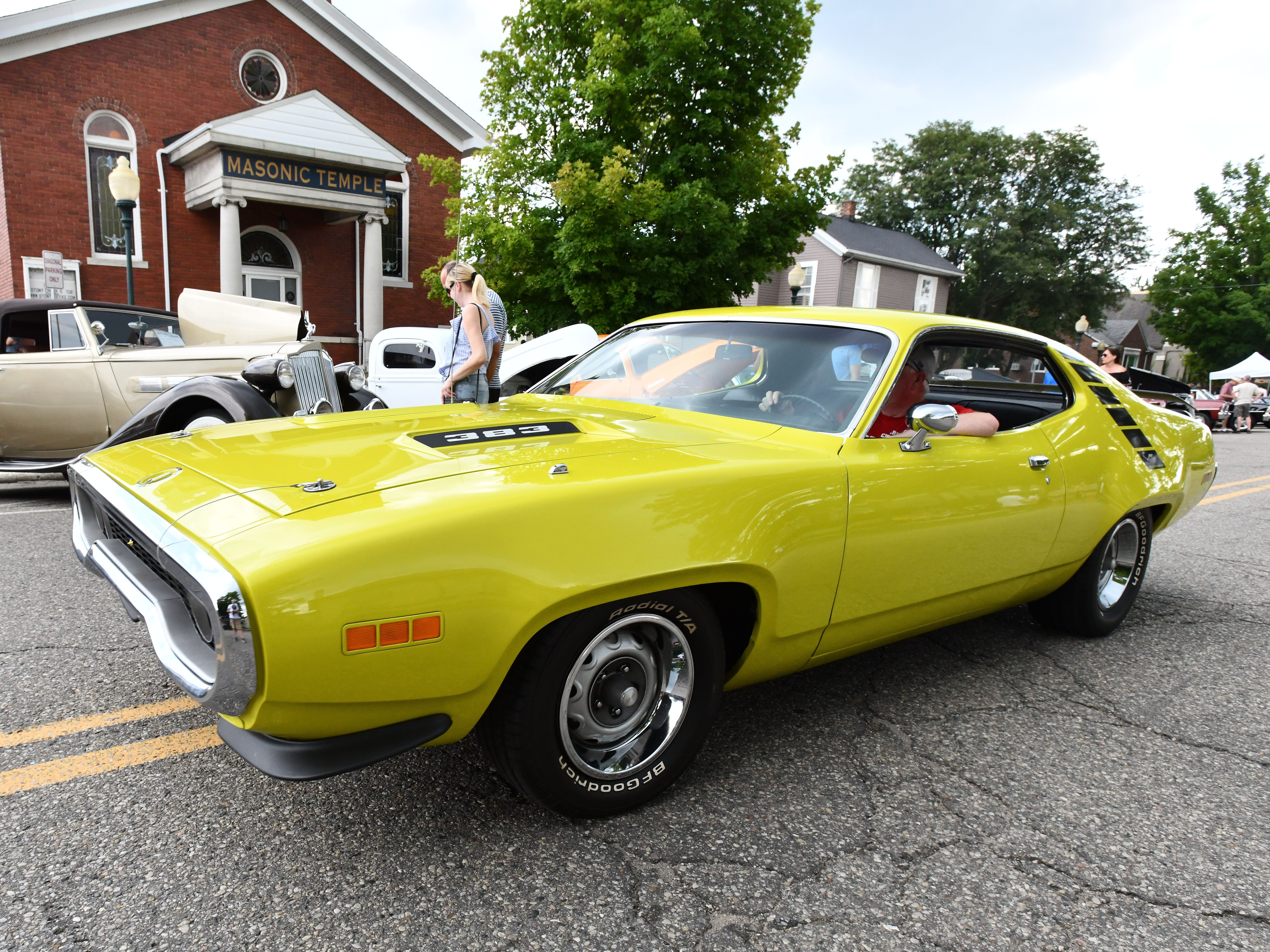 A 1971 Road Runner zips through the cars and crowd.