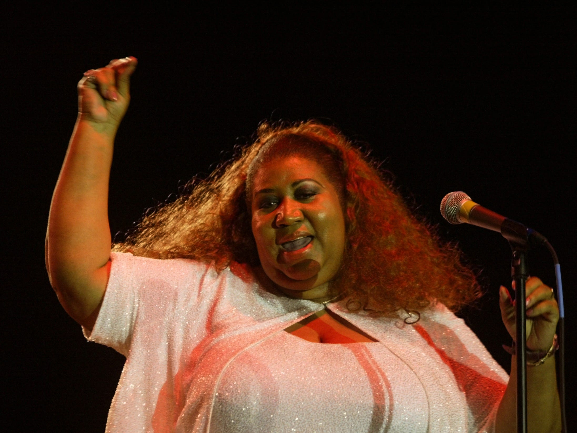 "6/15/02.  Aretha Franklin, the ""Queen of Soul,"" cranks up the heat at the start of her set, which was delayed about 50 minutes due to an earlier thunderstorm that rolled through the Indy Jazz Fest.  (Robert Scheer Photo), w/lindquist story, file 71561"
