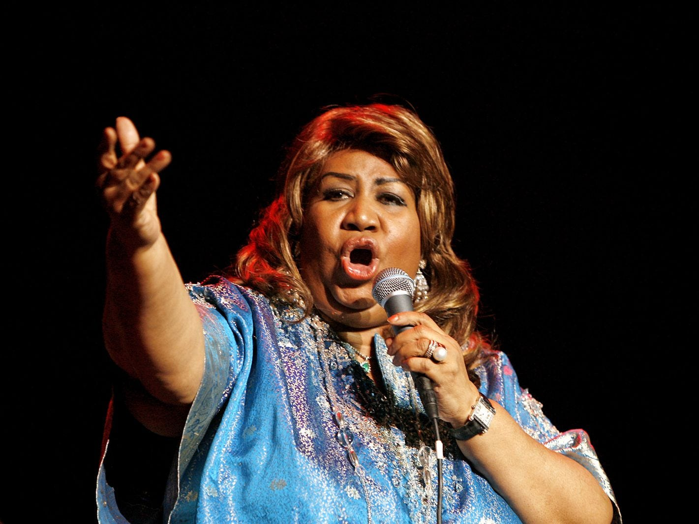 "Aretha Franklin performs during a benefit concert at the Hammerstein Ballroom on Nov. 14, 2006 in New York. A musical based on her 1999 autobiography, ""Aretha: From These Roots,"" will tour nationally, the Detroit Free Press reported Wednesday, Dec. 13, 2006."