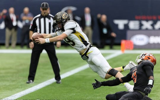 Tanner Schafer dives for a touchdown in Canadian's 61-20 win over Refugio in the 2015 Class 2A Division I title game.