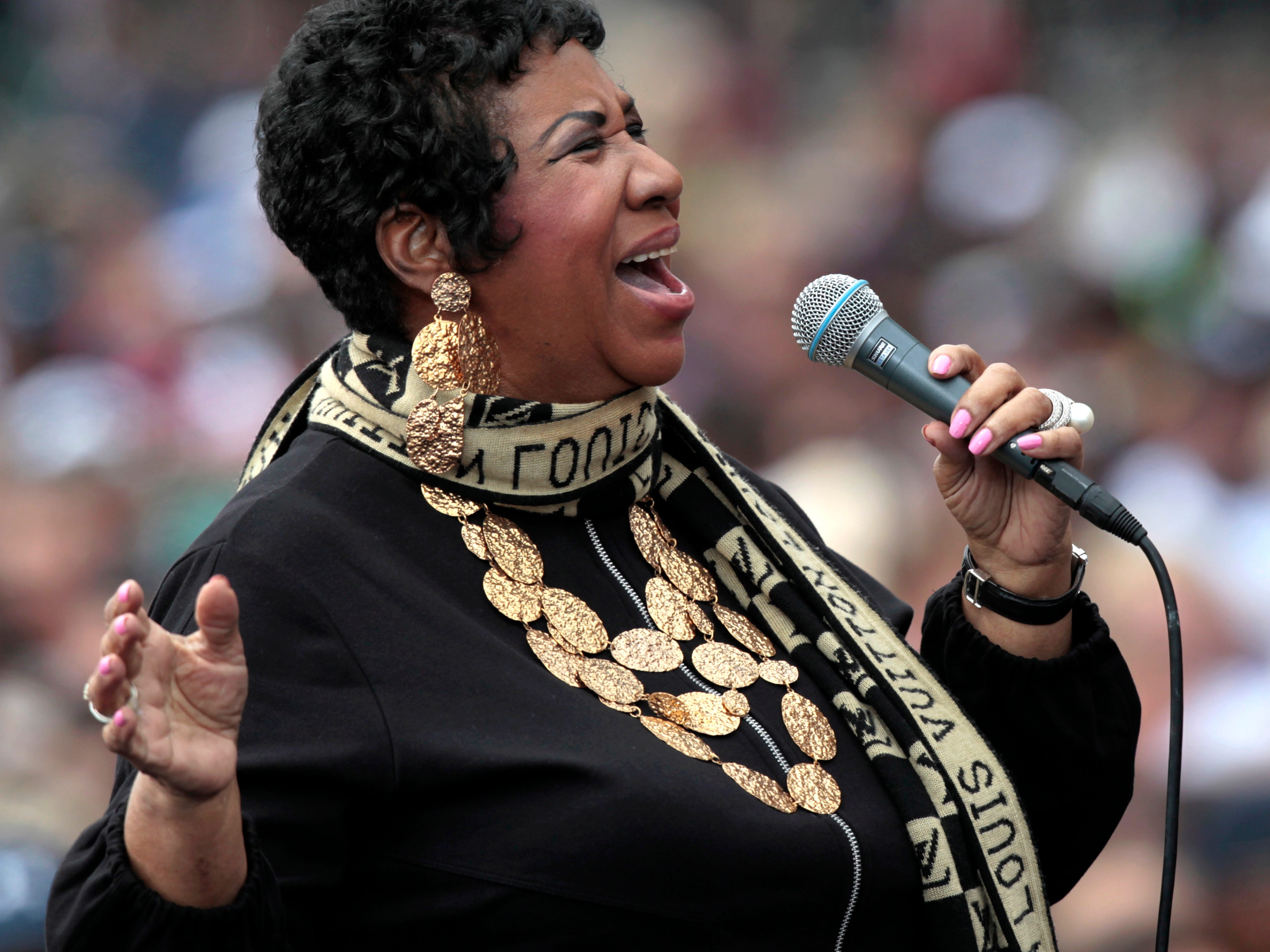 epa06947727 (FILE) - A file picture dated 05 September 2011 shows US singer Aretha Franklin performing at a Labor Day event outside of the Renaissance center in Detroit, Michiganm USA (reissued 13 August 2018). Media reports on 13 August 2018 state Roger Friedman, a journalist and family friend, made a statement on his website Showbiz 411 on 13 August saying Aretha Franklin is seriously ill and surrounded by her relatives. Franklin was diagnosed with cancer in 2010.  EPA-EFE/JEFF KOWALSKY *** Local Caption *** 53313442 ORG XMIT: JAK34