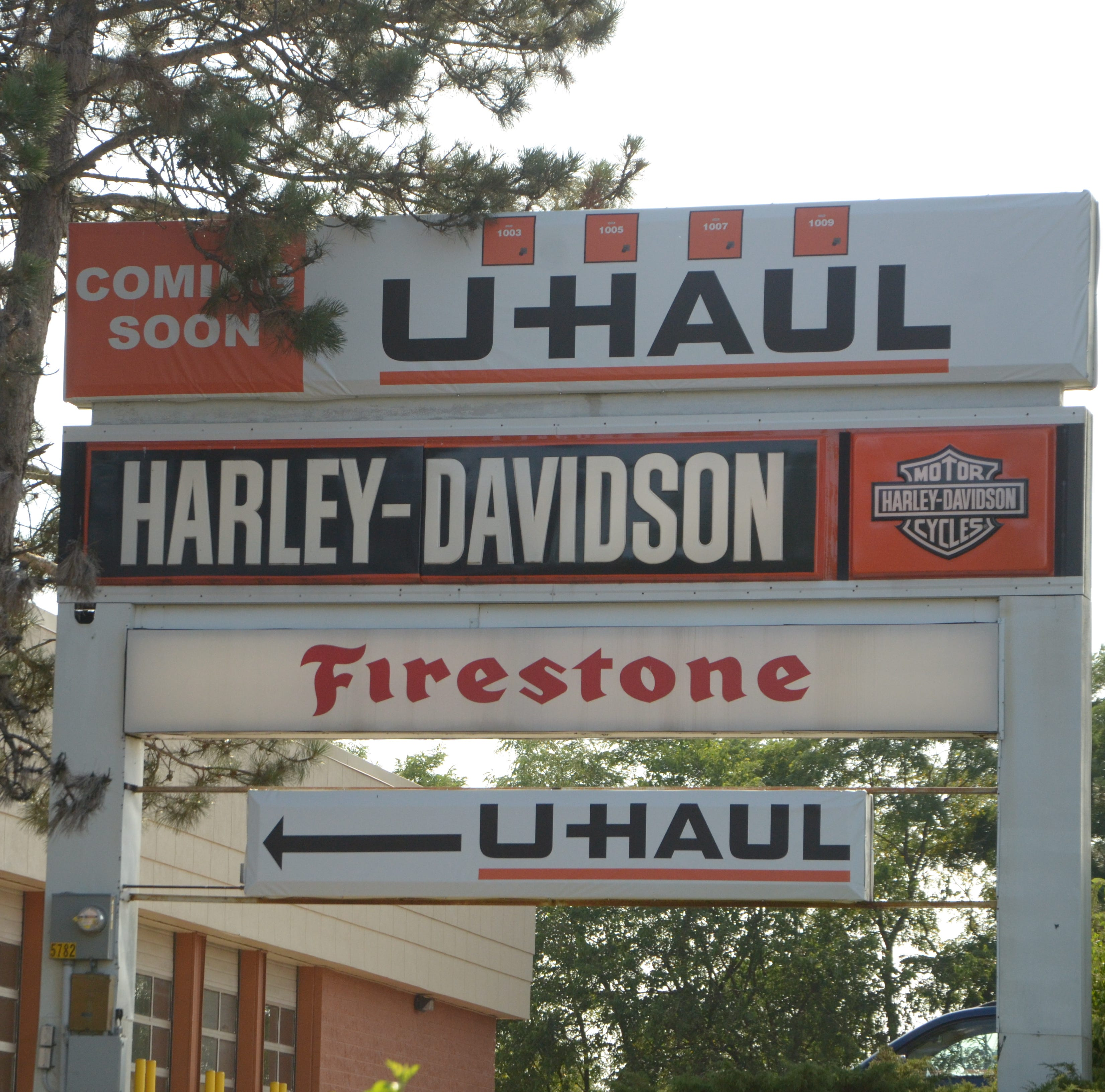 "U-Haul to revamp former Toys ""R"" Us building for moving and self-storage facility"