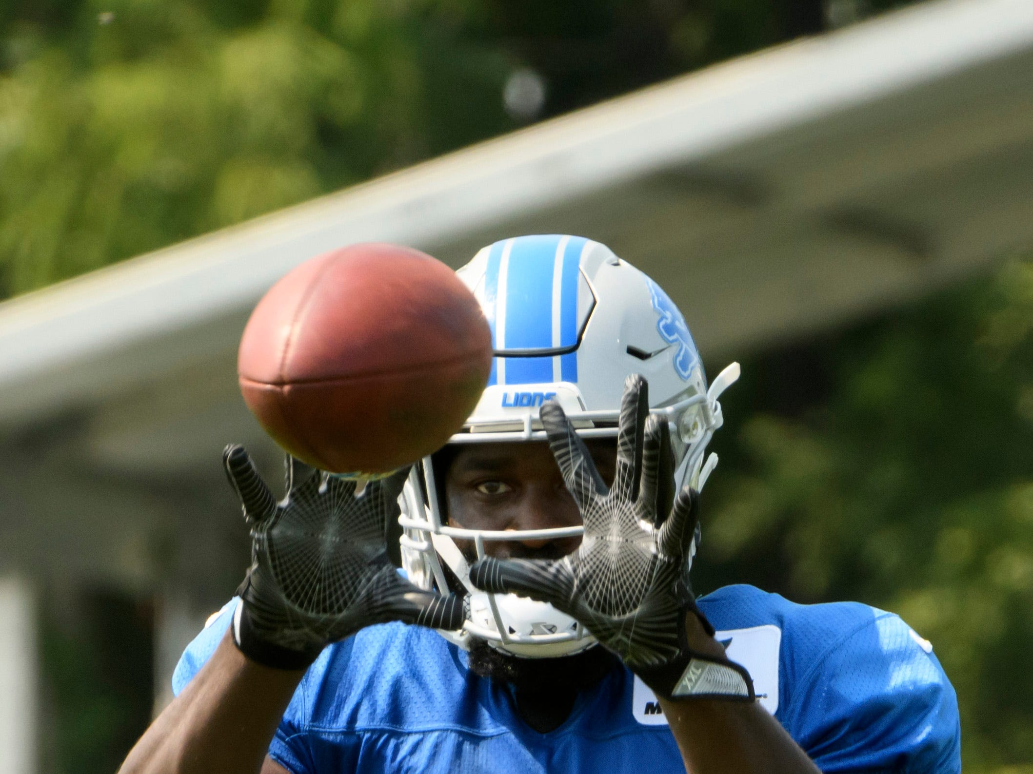 Detroit linebacker Steve Longa catches a pass during practice.