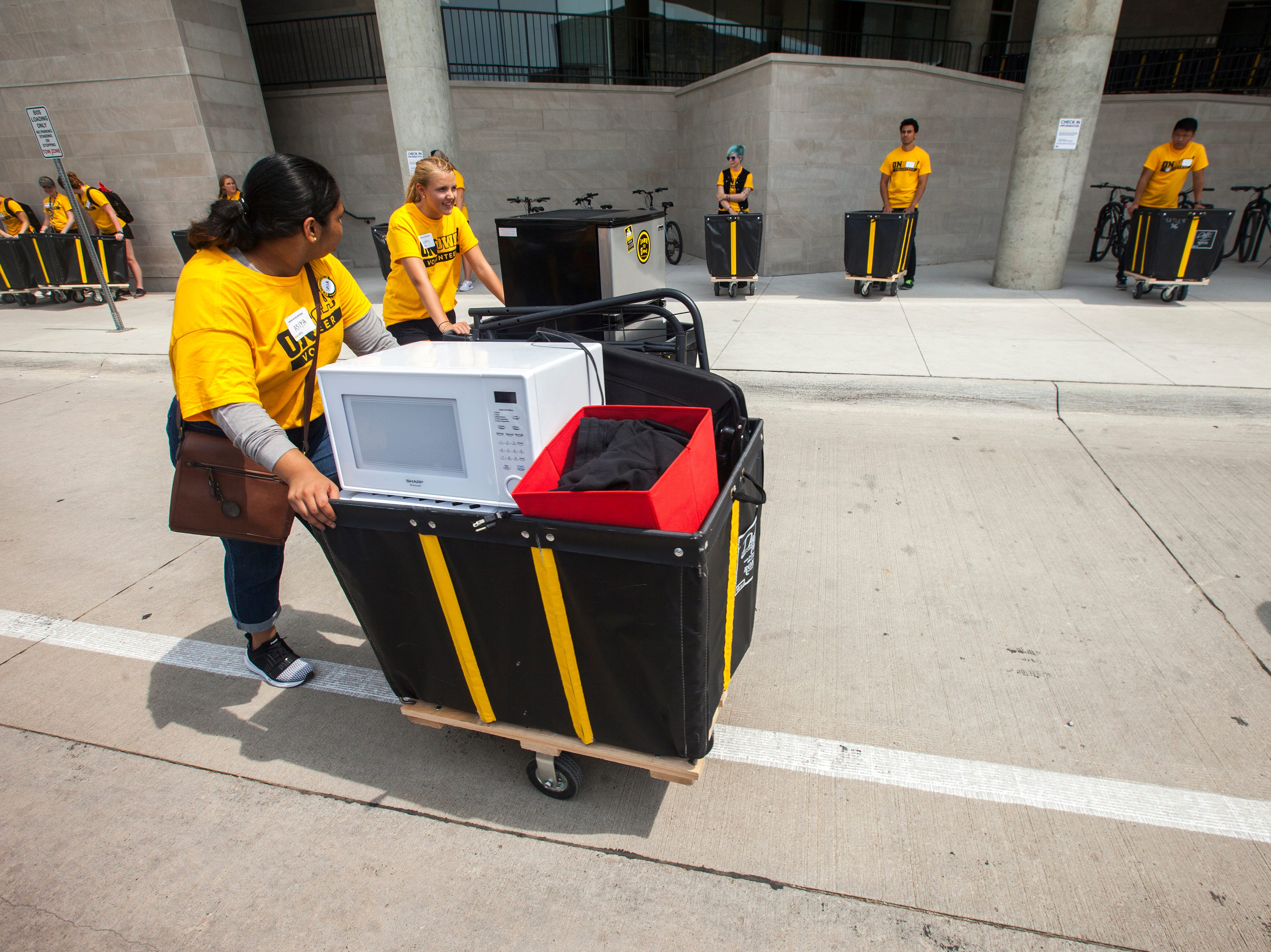 OnIowa volunteers help with move-in at Catlett Residence Hall during new student move-in on Tuesday, Aug. 14, 2018, on the University of Iowa campus in Iowa City. Tuesday was the first day for new students on campus to move into their residence halls.