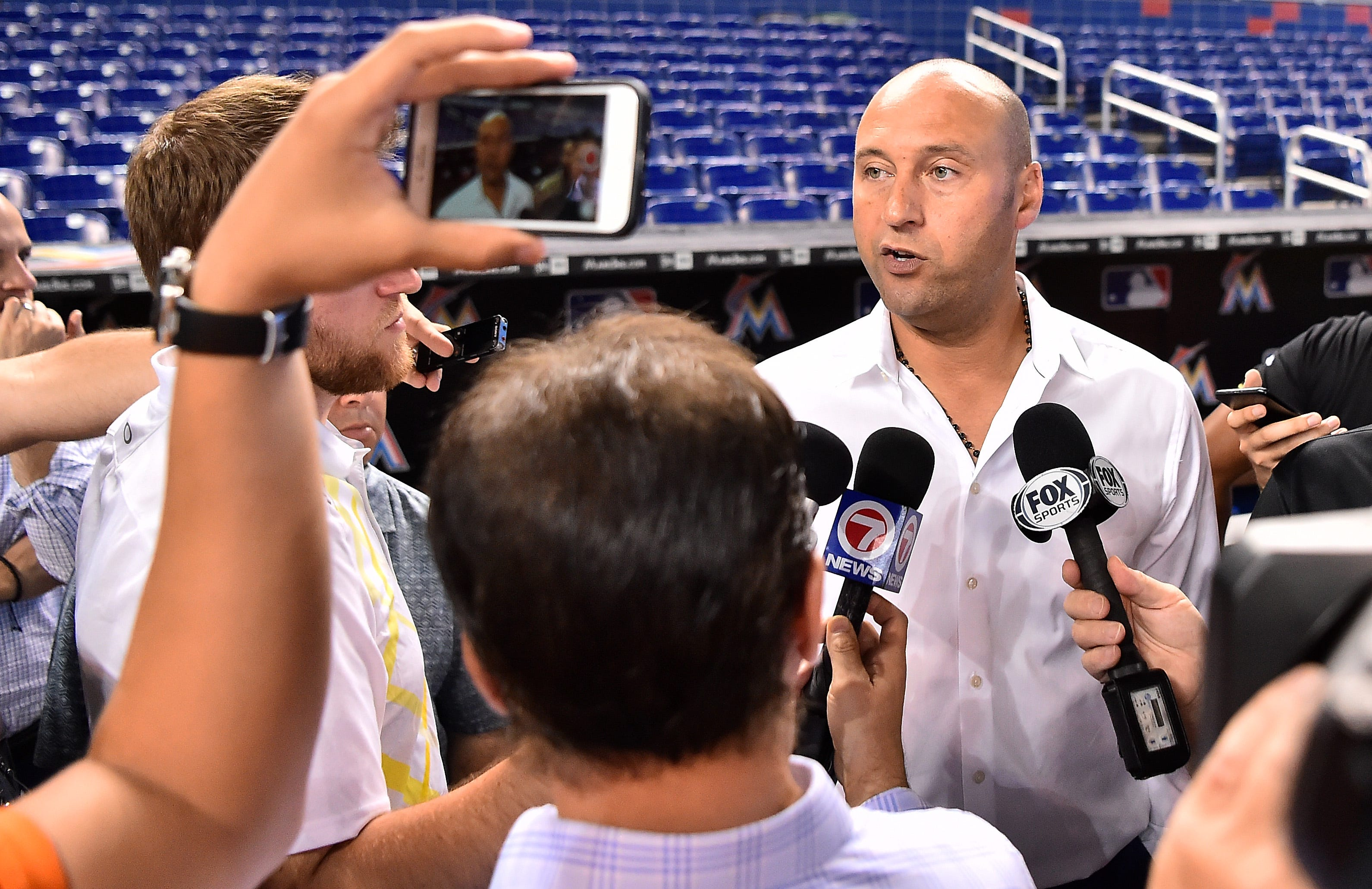 Marlins players, coaches, even CEO Derek Jeter, required to learn Spanish, per report