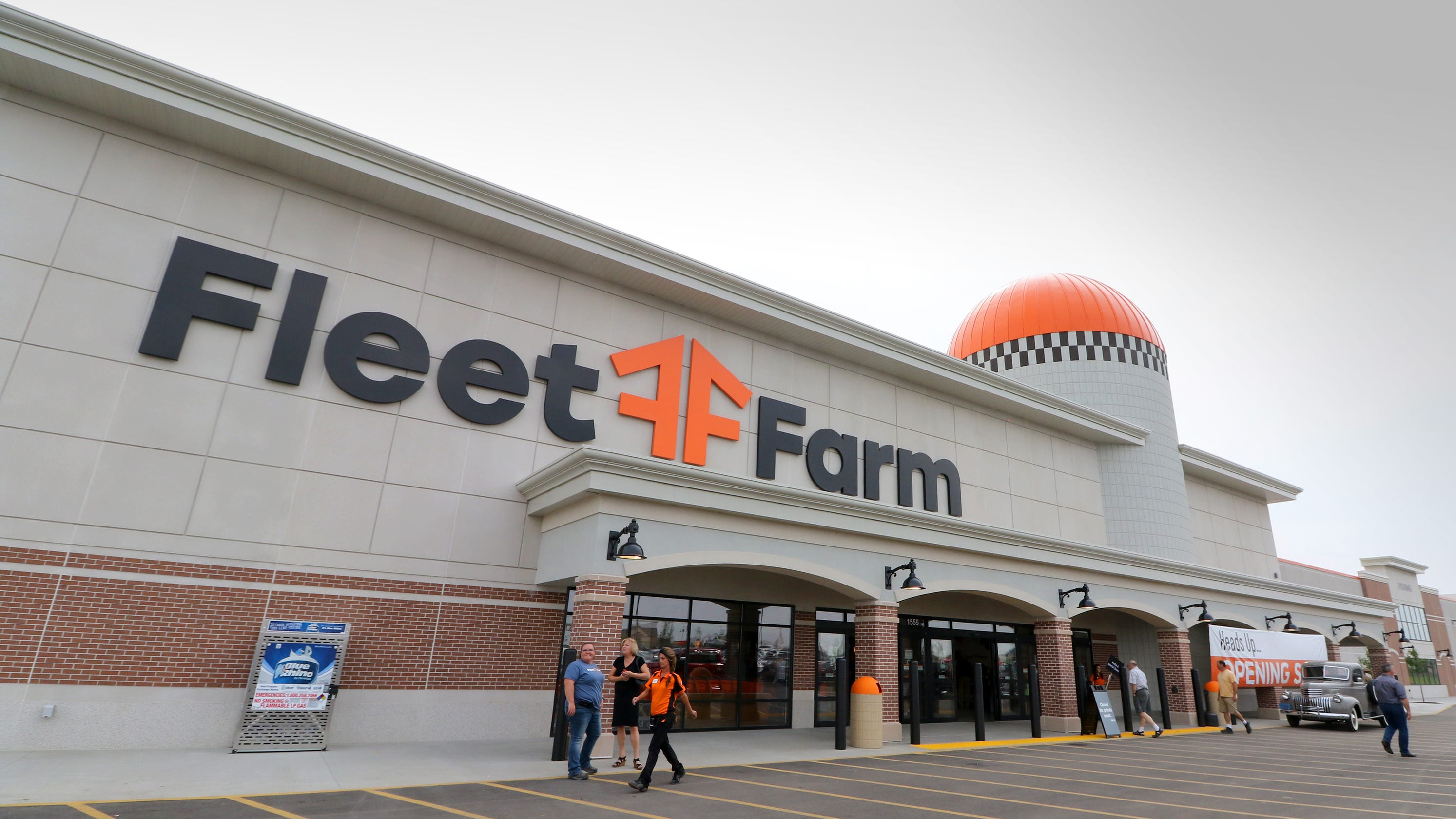 fleet farms holiday tradition to begin at oconomowoc location oct 13