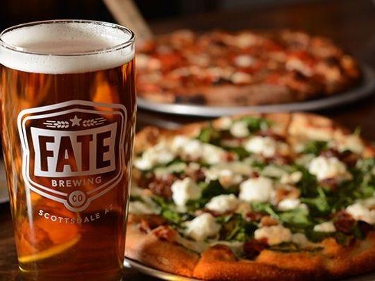 Fate Brewing sirve pizza, junto con pequeños bocados, sándwiches y hamburguesas.