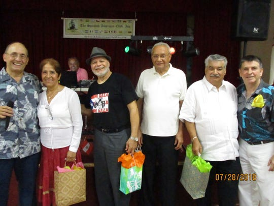 Spanish American Club President Rubén Alemán with door prize winners Galud Segura, Charlie Quiles, Colberto Bodden, Néstor Pereira and club Director Carlos Mejía.