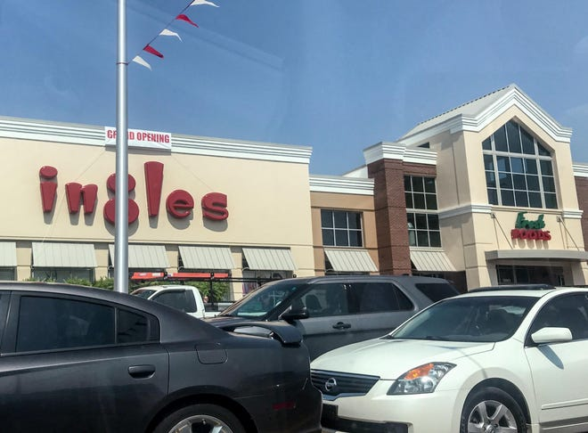 A new Ingles grocery store opened on SC81 in Powdersville on Wednesday.