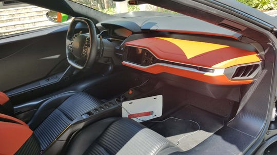 The interior of the Ford GT is a spartan work environment. Kurt Busch opted for interior trim. The seats are fixed in the carbon-fiber frame, most controls are on the steering wheel like a race car.