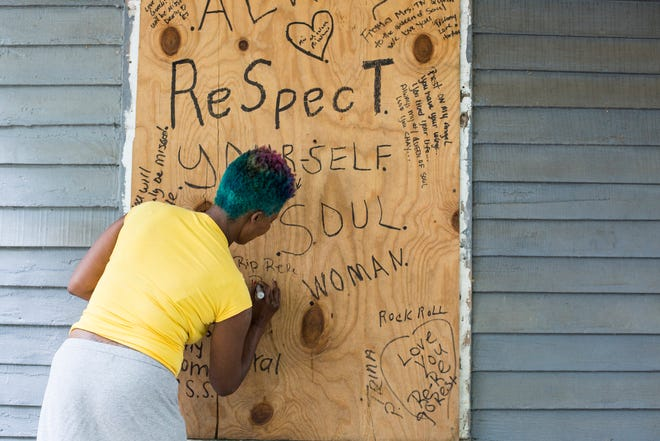 Pollyann Parker, a resident of the neighborhood where Aretha Franklin was born, leaves a message at the house where Aretha Franklin was born in South Memphis on Aug. 14 after the iconic singer's death.