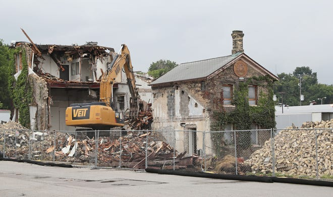MillerCoors has begun demolishing the Gettelman Brewery. The plan is to move the original Gettelman farmhouse across State Street near the Miller Visitor Center. In the meantime, demolition continues on the malt house directly behind it.