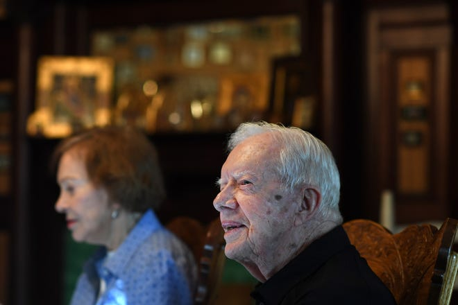 Former president Jimmy Carter sits next to his wife, Rosalynn Carter, while having dinner at the home of friend, on Aug. 04, 2018 in Plains, GA.