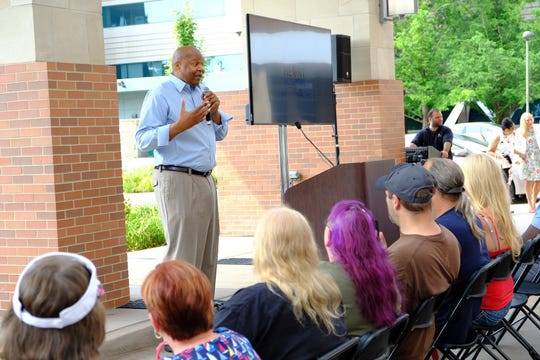Detroit native Derrick Coleman, retired NBA player and heart disease awareness advocate, shares his testimony with fellow patients.